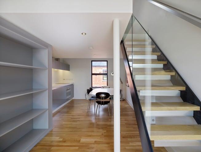 Dřevěné schody kombinované s ocelí a sklem